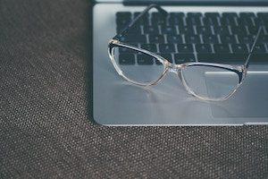 Blaulichtfilterbrille auf Laptop