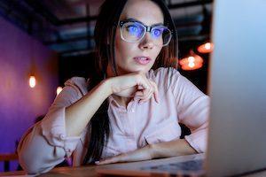 Frau arbeitet am Laptop mit Blaulichtfilterbrille