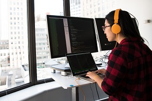 Eine Frau arbeitet am Bildschirm mit Arbeitsplatzbrille