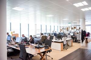 Menschen in einem hellen Büro